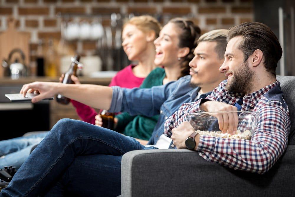 друзья смотрят телевизор