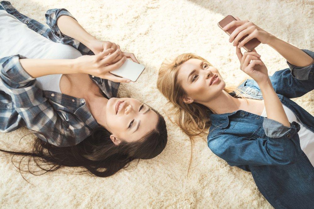 две девушки с телефонами