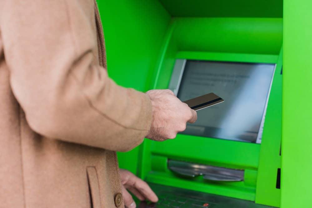 женщина проверяет баланс карты через банкомат