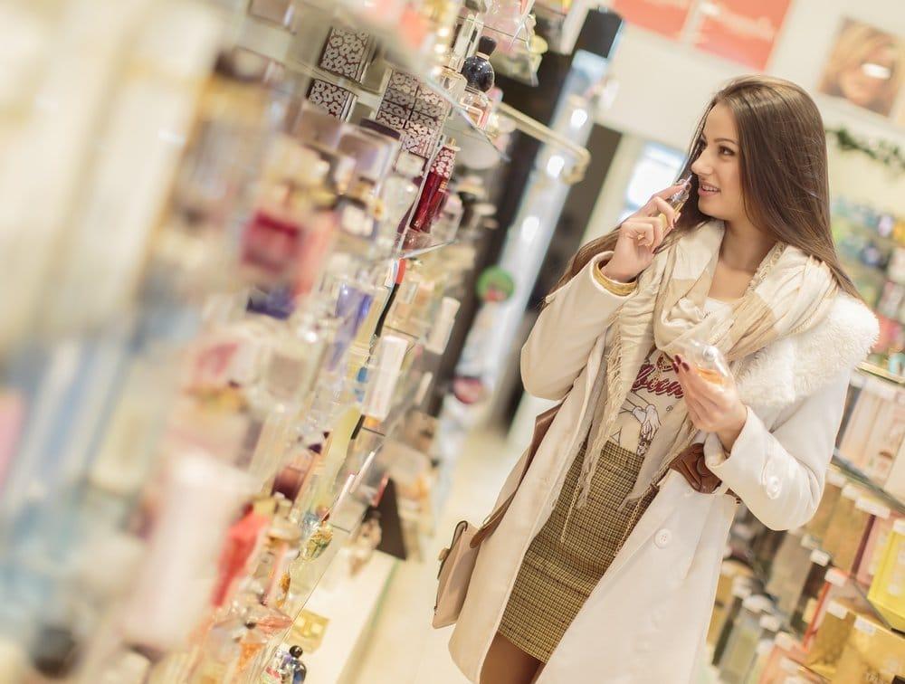 Довольно молодая женщина в парфюмерии