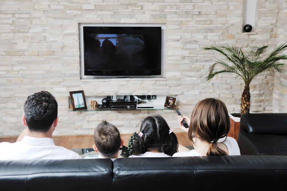 семья смотрит телевизор