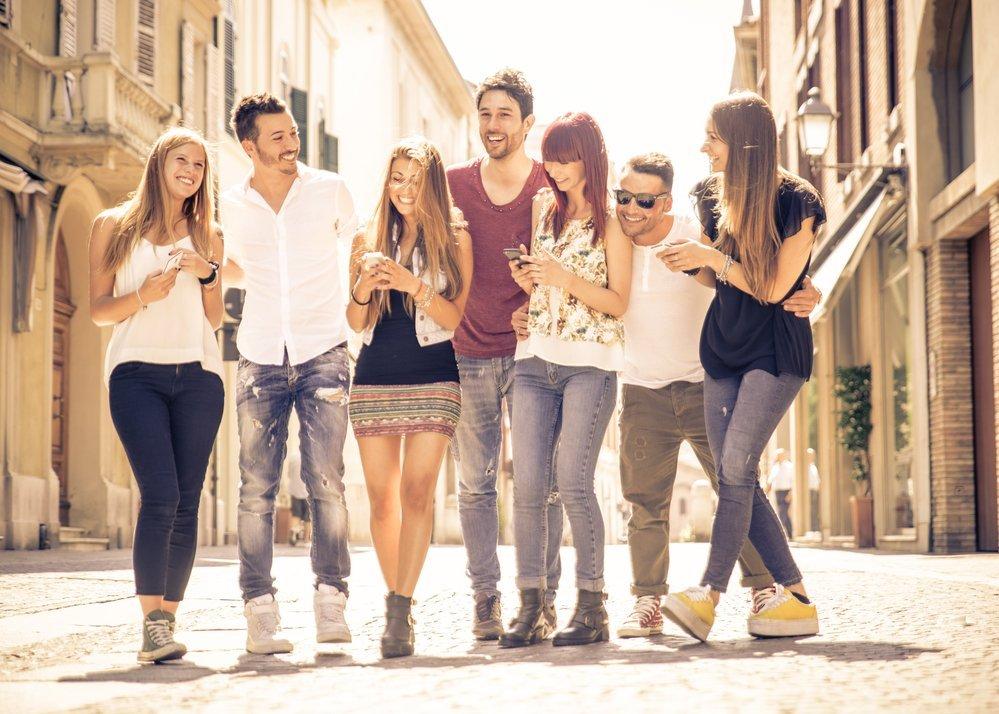 группа молодых людей с телефонами
